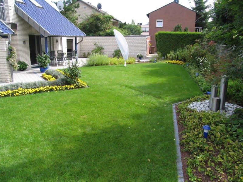 Bilder vom fertigen garten mit terrasse und eingewachsener gartenbepflanzung for Gartenbepflanzung ideen