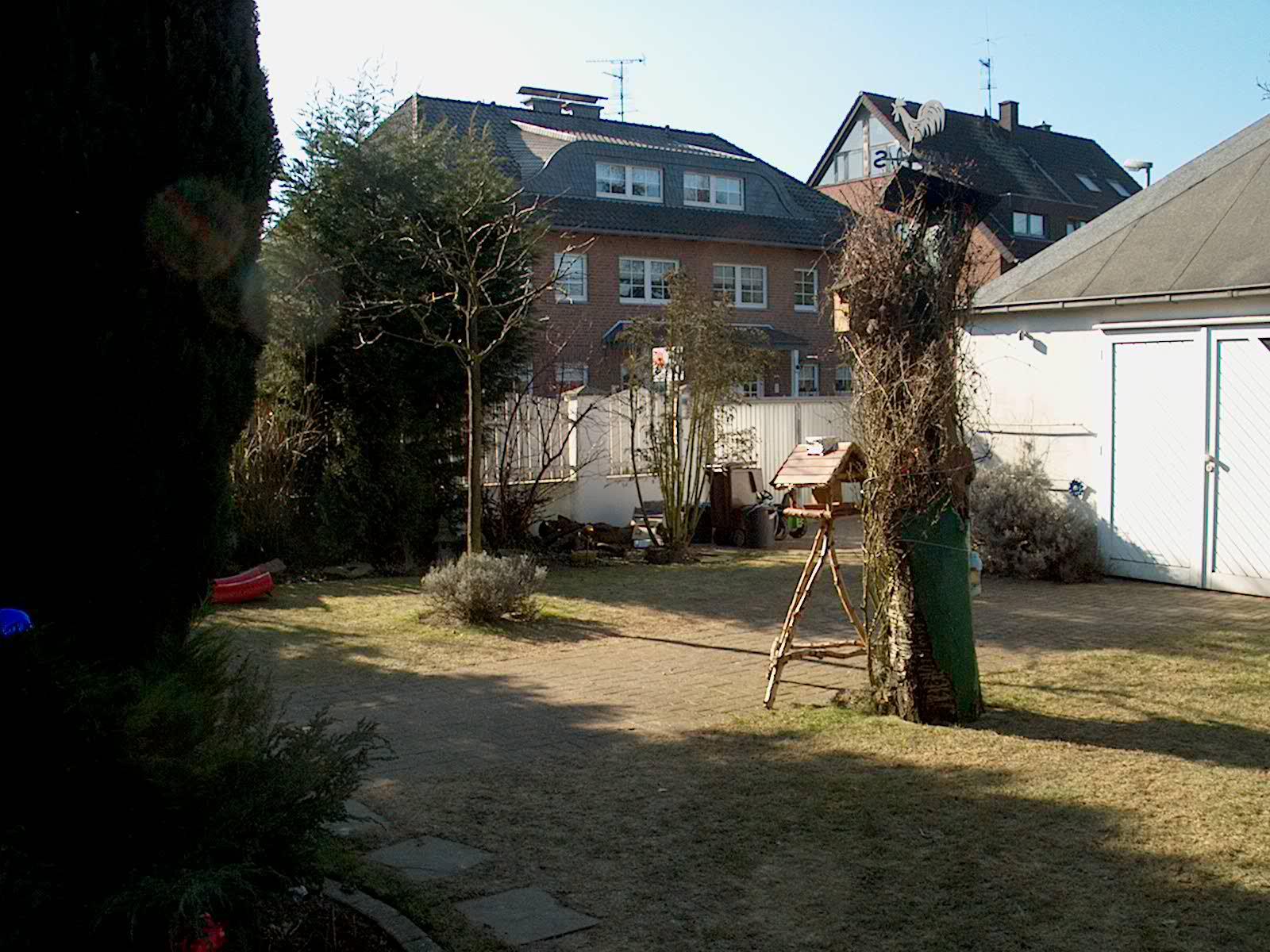 Garten mit erhöhter terrasse vor der gestaltung zum schwimmteich.
