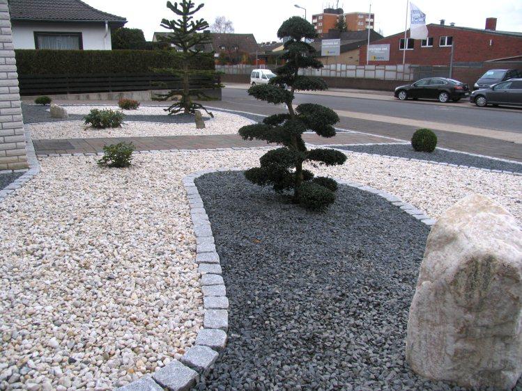 Vorgarten mit hellem und dunklem splitt fertig - Kiesgarten bepflanzung ...