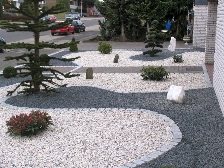 Vorgarten mit hellem und dunklem splitt fertig for Garden designs using pebbles