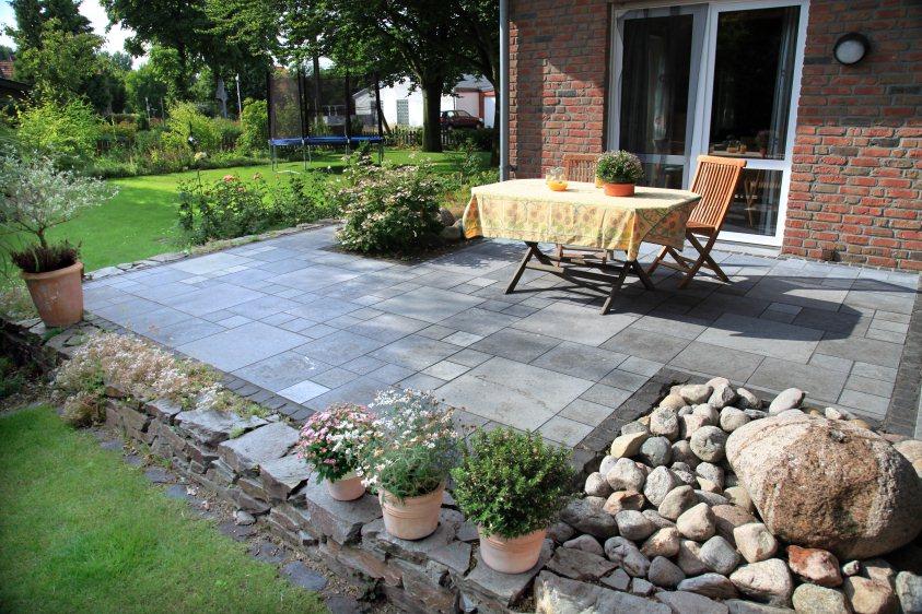 Neue gartenterrasse mit natursteinmauer for Neue terrasse anlegen