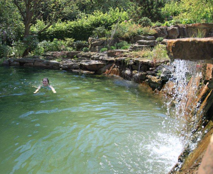 Wasserfall Dusche Garten : Wasserfall Dusche Garten : Bilder vom Schwimmteich ein Jahr nach der