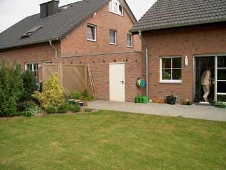 Blick vom Garten zum Haus angrenzender Garage
