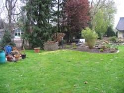hinterer Gartenbereich mit Brunnen