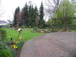 Blick von Porphyr-Terrasse in den Garten