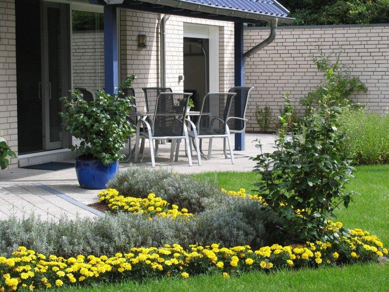 bilder vom fertigen garten mit terrasse und eingewachsener gartenbepflanzung. Black Bedroom Furniture Sets. Home Design Ideas