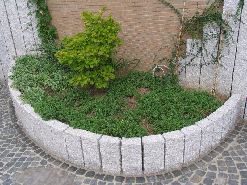 Vor-Garten mit viel Naturstein