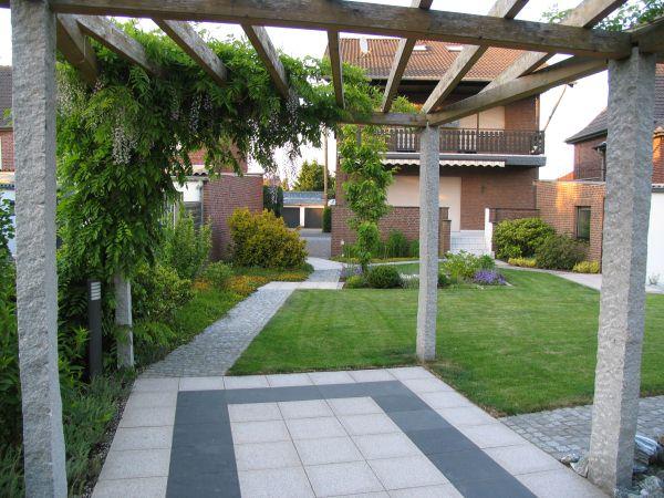 Garten mit individuell konstruierter pergola - Gartengestaltung pergola ...