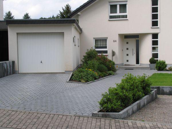 Vorgarten in der voreifel 210 qm for Hauseingang modern