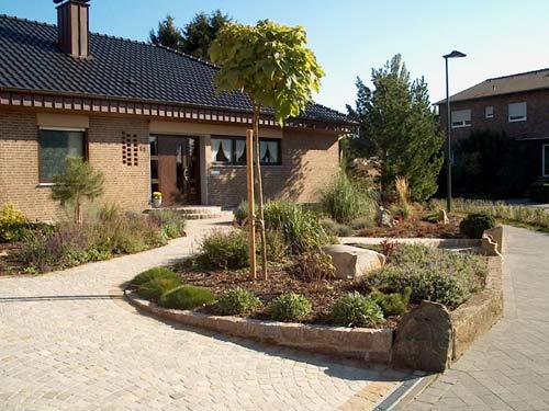 Vorgarten 200 qm rustikal mit naturstein for Gartengestaltung 100 qm
