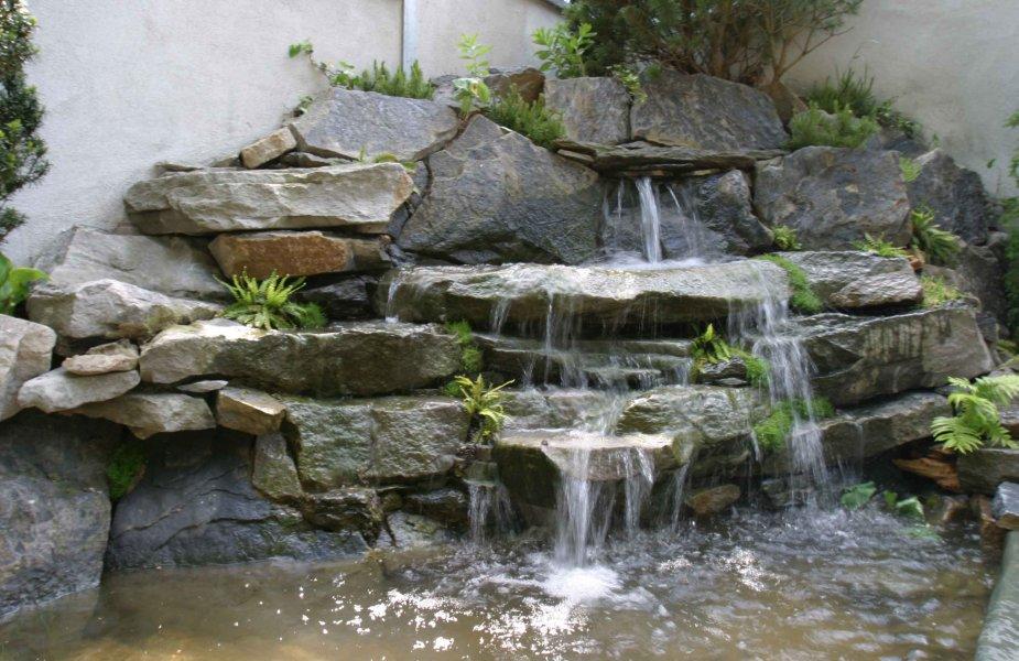 Felsen Wasserfall. Natursteinwasserfall