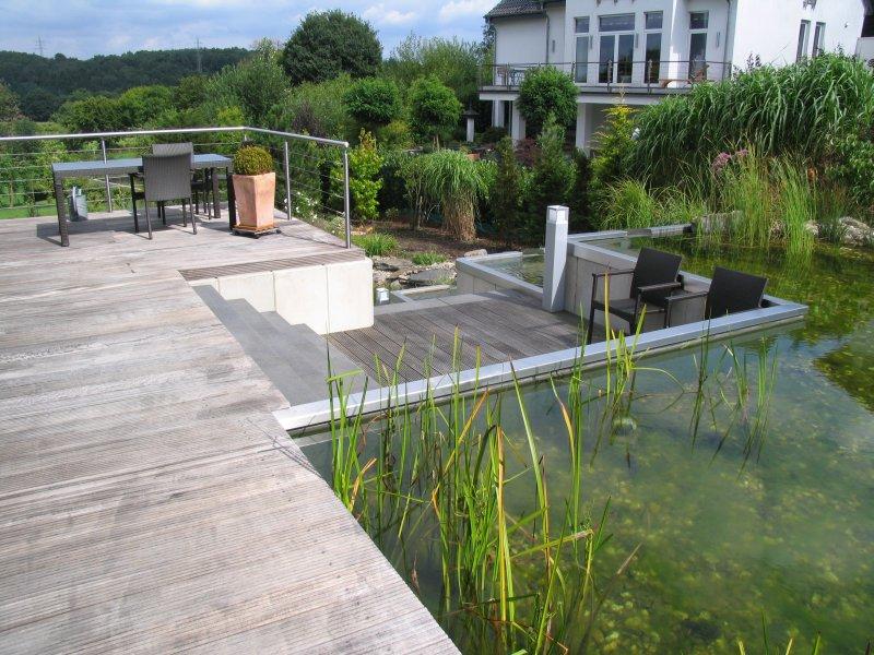 schwimmteich mit treppe edelstahl wasserkaskaden und. Black Bedroom Furniture Sets. Home Design Ideas