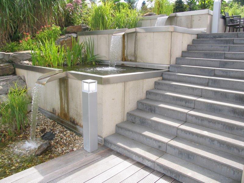 schwimmteich mit treppe edelstahl wasserkaskaden und gro er holzterrasse. Black Bedroom Furniture Sets. Home Design Ideas