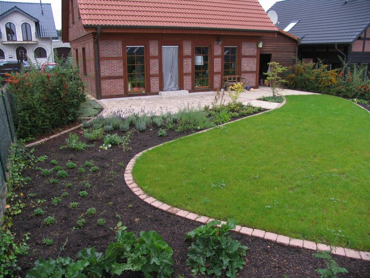 Modernes fachwerkhaus erh lt passenden garten for Gartengestaltung 150 qm