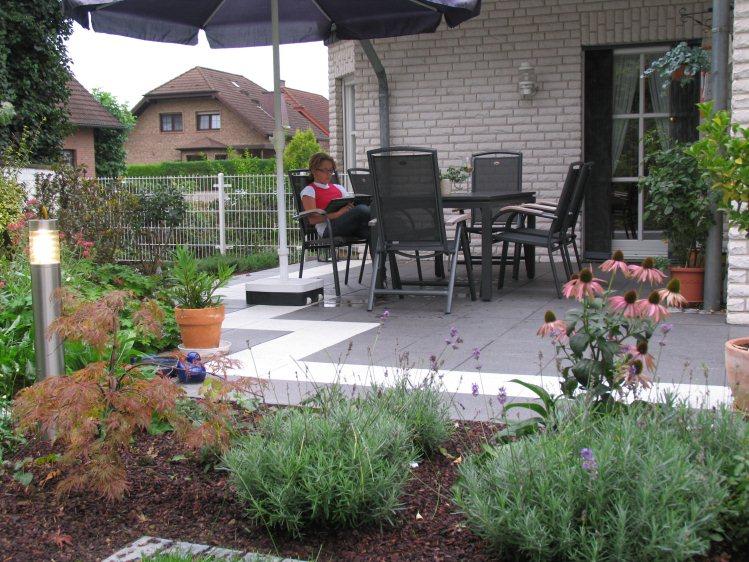 fertiger Garten am Hang mit Wasser-Kaskaden