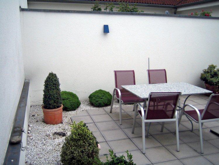 Kleiner Garten mit Hochbeet