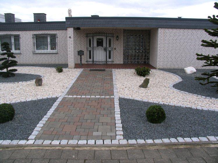 Vorgarten mit hellem und dunklem splitt fertig - Vorgarten mit steinen gestalten ...