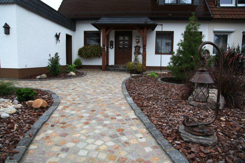 Vorgarten mit basalt pflasterung for Gartengestaltung 100 qm