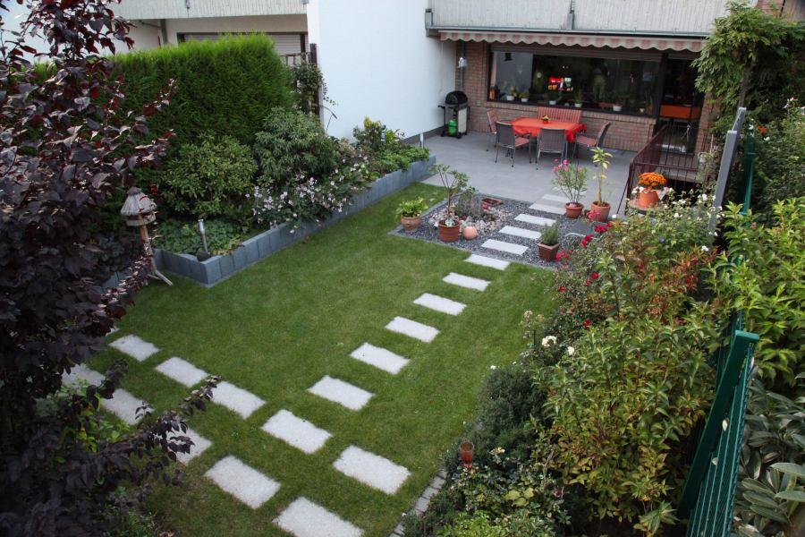 Reihenhausgarten Mit Trittplatten Im Rasen