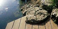 Holzdeck flach über dem Wasser