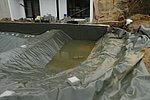 Gestaltung der Flachwasserzone seitlich vom großen Becken, das den Schwimmbereich bildet