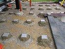Punktfundamente aus Betonstein für die Holzterrasse