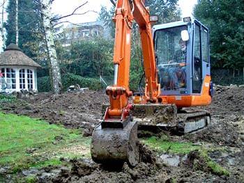 Bagger bei der Umgestaltung eines Gartens