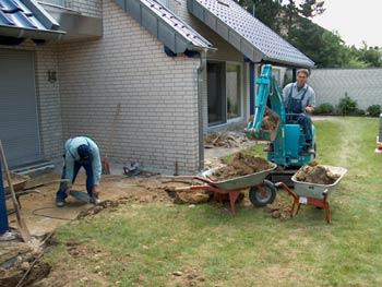 zwei Männer beim Anlegen einer Terrasse