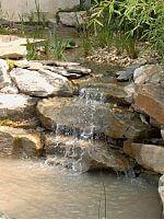 Wasserfall fließt