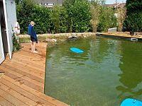 Schwimmteich wird direkt ausprobiert