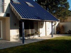 verlängerte Dachüberstand dient als Überdachung der Terrasse
