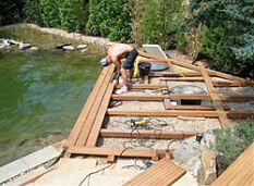 Montage eines Holzdecks am Badeteich