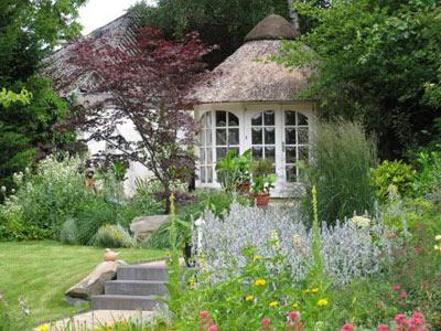 Gartenhaus mit Terasse im Garten