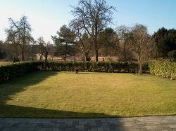360 qm Garten mit Lorbeerkirschenhecke als Begrenzung
