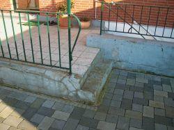 zwei Stufen verbinden die zweigeteilte Terrasse