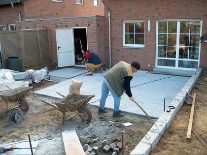 zwei Arbeiter beim Bau einer Terrasse