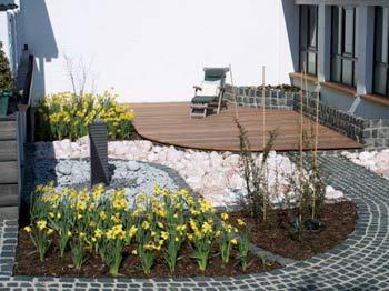 bangkirai terrasse in einem kleinen garten. Black Bedroom Furniture Sets. Home Design Ideas