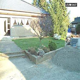 viele Gartenbilder sehe so aus, wie dieses - Rasen und verwitterter Beton