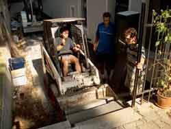 Bagger muß Stufen überwinden, um in den Garten zu gelangen
