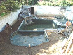 Schwimmteich Baustelle, Wasserfall und Becken sind bereits fertigAC