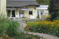 naturnaher Garten mit Weg aus Naturstein