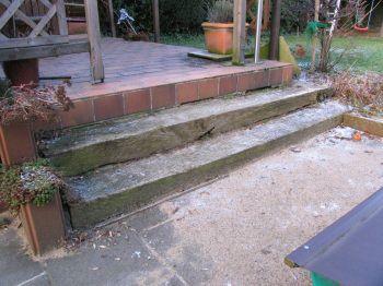 von der Terrasse führten stark beschädigte Stufen in den Garten
