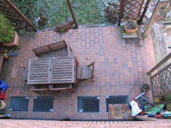 alte Fliesenterrasse von oben fotografiert