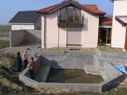 ein Teich mit Bodenplatte und gemauerten Wänden war bereits vorhanden