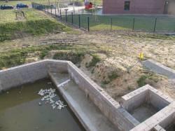 Teich mit seitlich angelegten Kammern als Spiel-und Matschzonen