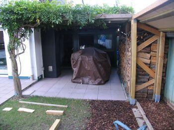ein offener Anbau diente als Unterstellmöglichkeit und Holzlagerplatz