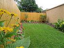 Gartenbereich mit verschiedenen Blumen