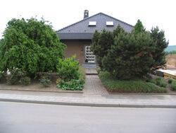 Blick von der Straße zum Haus