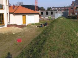 ein künstlich angelegter Erdwall sollte das Grundstück abschließen