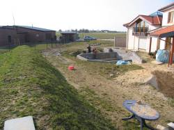 Erdwall als Grundstücksabschluss - ein mediterraner Garten schwer vorstellbar